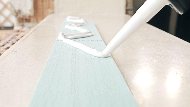 Auftragen des Montageklebers auf die Glattstrichplatten