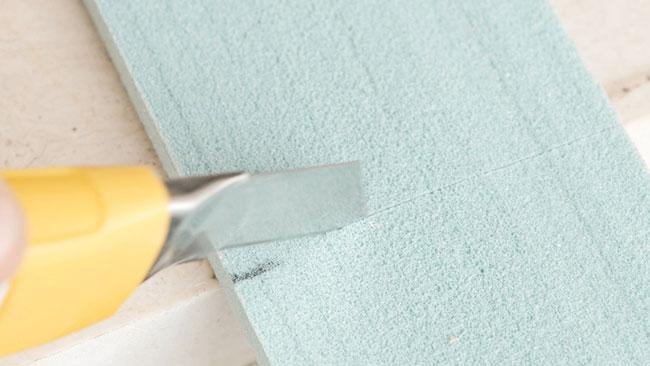 Glattstrichplatten für die Fenstersanierung zuschneiden